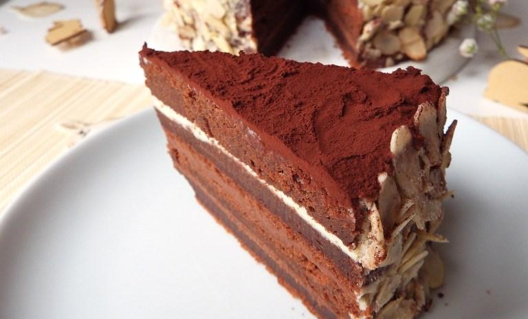 Gâteau layer cake au trois chocolats et amandes effilées comme gâteau de Pâques