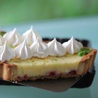 Tarte Meringuée, Crème au Citron Vert aux Éclats de Framboises