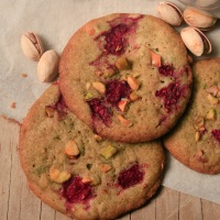 De Délicieux Cookies Matcha Framboise aux éclats de Pistache