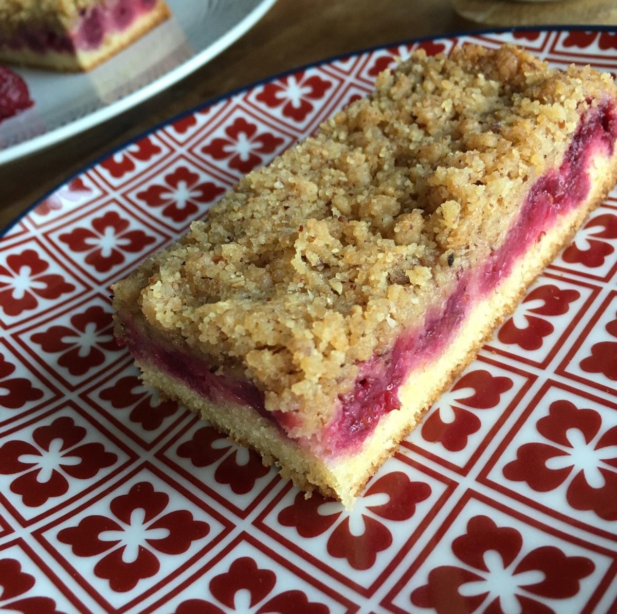 """Le Crumb'Cake, un Gâteau """"Hybride"""" entre Noisettes & Framboises"""